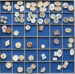 Lots bis 1949 Schuber mit 67 Porzellan-Spielhöllentokens.