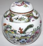 Varia Porzellan-Deckeldose. Bemalt mit Vase, Blumen, Bildrollen, Schatzkiste, etc. Gemarkt Chang Kuo