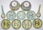 Varia Porzellan-Geschirr, bestehend aus 7 kl. Tellern (4 X gelb, 3 X türkis), 2 Löffeln, 2 Schalen.